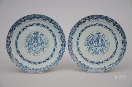 A pair of plates in Delft with coat of arms 'seigneur du conte' (*) (22cm)
