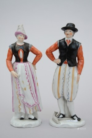 A pair of figures in porcelain (*) (14cm)