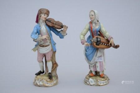 Lot: a pair of porcelain figures 'musicians' + two porcelain figures (*) (11cm)