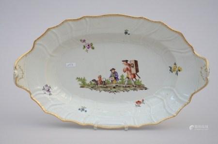 A plate in German porcelain 'commedia del arte', 18th century (*) (37x23cm)