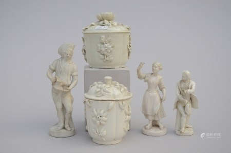 Lot: two cream pots and three figures in white porcelain (*) (10cm)