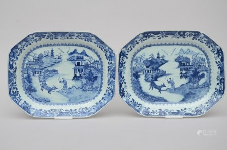 Two octagonal dishes in chinese blue and white porcelain, 18th century (*) (37x30cm)