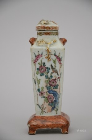 A miniature vase in Chinese porcelain, 18th century (*) (12cm)