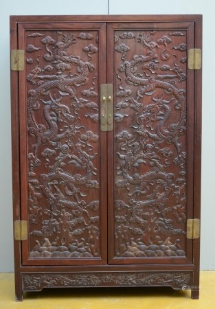 A Chinese cabinet in hardwood 'dragons' (50x96x145cm)