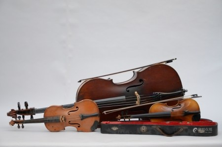 Lot: 2 violins, 1 cello and 2 bows
