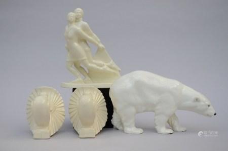 Lot: polar bear, skaters and 2 peacocks in white crackleware (*) (24cm)