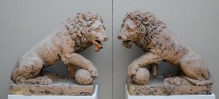 A pair of large terra cotta lions, 18th century (*) (36x75x73cm)