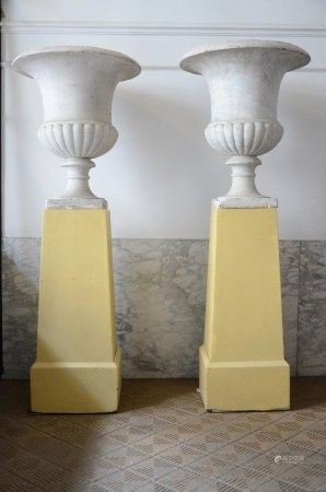 A pair of large marble Medici vases on a wooden base (60x70cm)