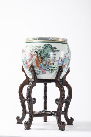 A fish bowl in Chinese famille rose porcelain 'Taoist scene', with an ironwood base (41x39cm)