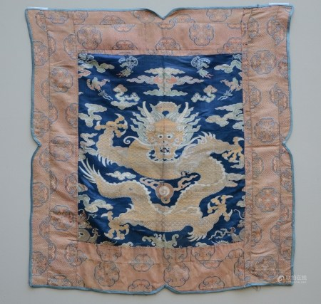 Chinese fragment in silk 'dragon', Qing dynasty (*) (70x75cm)