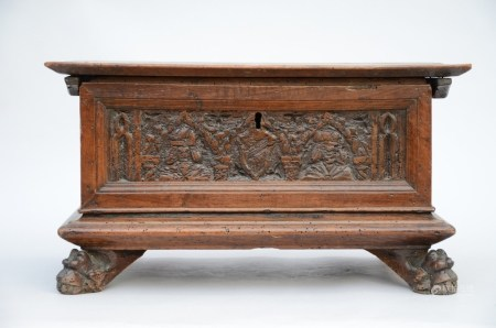 Renaissance case in walnut with sculpted panels (33x65x35cm)