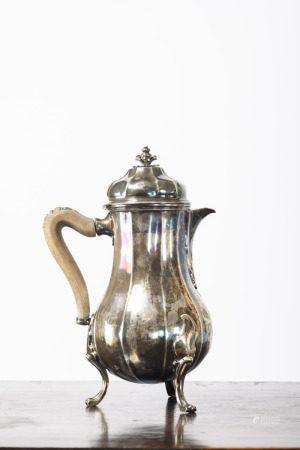 A silver Louis XV coffee pot by De Hondt, 18th century (24cm)