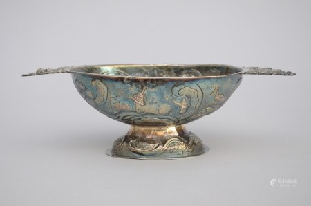 A silver wine cup, probably Friesland 17th century (13x26x8cm)