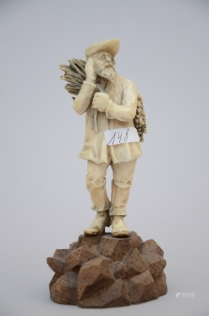 Ivory sculpture 'wood collector', 19th century (10cm)
