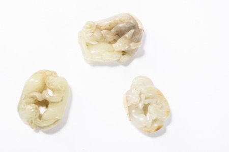 Three Chinese sculptures in jade 'lions' (4cm)