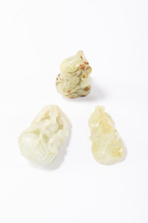 Three Chinese sculptures in jade 'double gourd' (6cm)