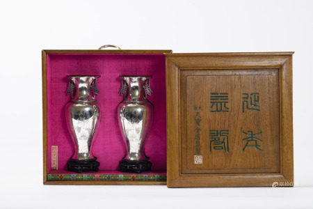 A pair of Chinese silver vases in original case, 19th century (25cm)