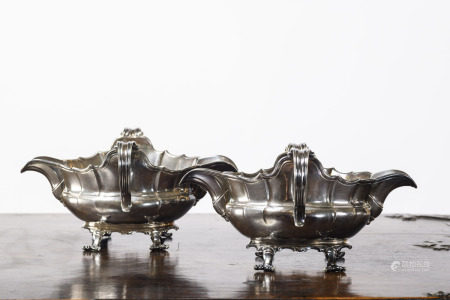 A pair of silver sauce bowls in silver, Mons 18th century (15x20x10cm)