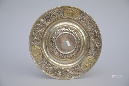 Silver plate with gilt low reliÎfs in Renaissance style, Neurenberg 19th century (26cm)