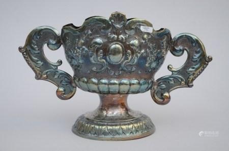 A silver vase, 17th - 18th century (*) (11x30x19cm)
