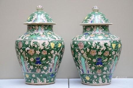 A pair of lidded vases in famille verte porcelain, Samson (*) (37cm)
