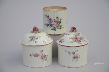 Lot: 3 pieces of European porcelain, 18th century (*) (10cm)