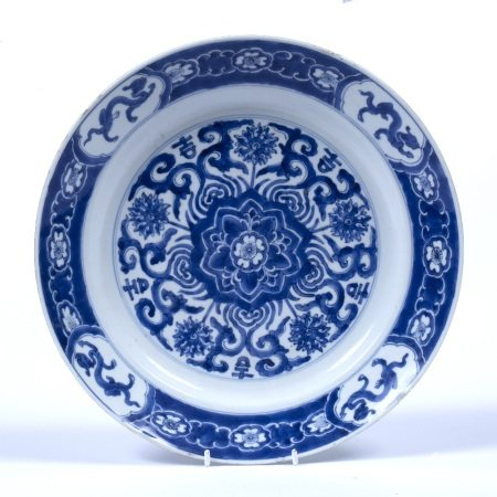 Blue and white dish Chinese, Kangxi (1662-1722) decorated centrally with a floral motif surrounded