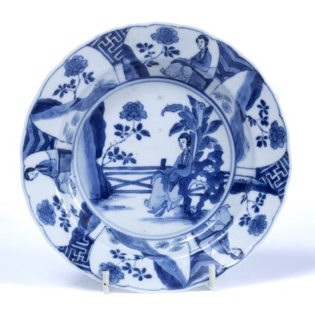 Blue and white saucer dish Chinese, Kangxi (1662-1722) decorated centrally with a lady sitting