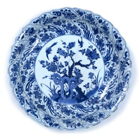 Blue and white bowl Chinese, Kangxi (1662-1722) decorated to the centre with birds and flowers on