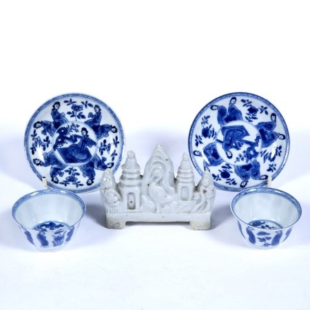 Pair of blue and white tea bowls and saucers Chinese, Kangxi (1662-1722) each decorated with 'Long