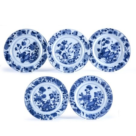 Five blue and white plates Chinese, Kangxi (1662-1722) decorated to the outside with a central panel