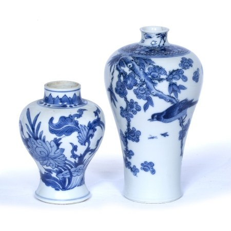 Blue and white porcelain vase Chinese, Kangxi (1662-1722) with lotus and leaf design 14cm and