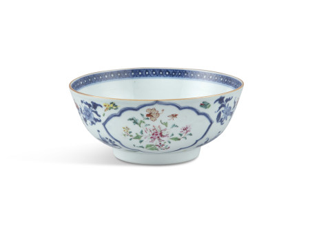 A CHINESE EXPORT CENTRE BOWL IN FAMILLE ROSE PALETTE, C. 1800. 20cm diameter