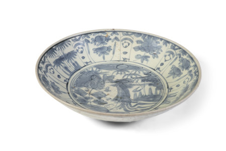 A LARGE 'SWATOW' BLUE AND WHITE PORCELAIN DISH, of circular form, painted with a bird and aquatic