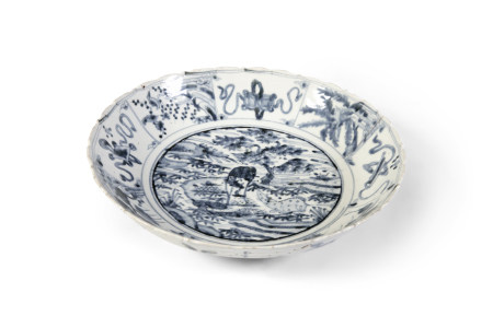 A LARGE 'SWATOW' BLUE AND WHITE PORCELAIN BOWL, 17th Century, of circular shape with barbed rim,