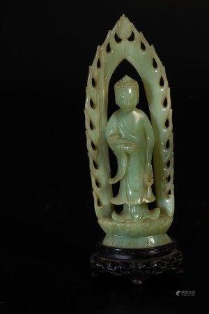 Figura di monaco eretto su doppio fiore di loto con ruyi e collana rituale scolpita in giada, Cina, XX secolo