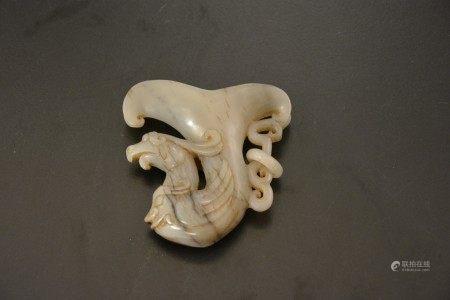 Piccolo versatoio in giada con figura di volatile, Cina, XX secolo