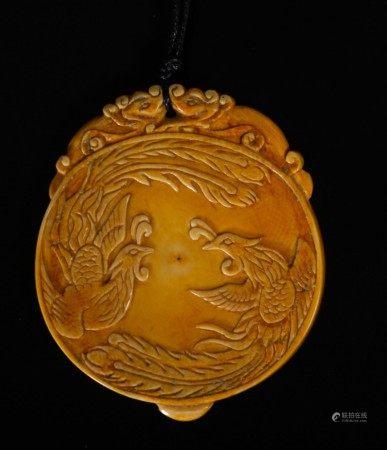 Pendente in avorio con fenici e iscrizione, Cina, inizi XX secolo