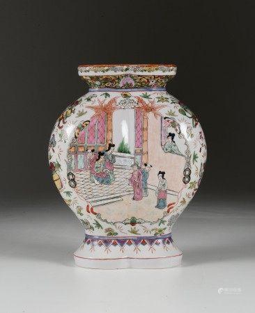 Vaso a doppio corpo in porcellana a smalti policromi con scena di vita comune entro riserva e decoro naturalistico, Cina, XX secolo