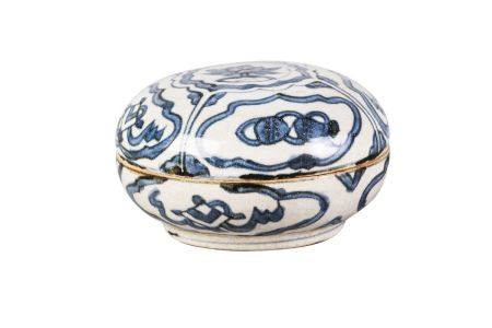 A Chinese porcelain seal paste box and cover, Ming dynasty, 16th century, painted in underglaze blue