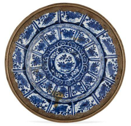 A Chinese porcelain dish, Kangxi period, painted in underglaze blue with rows of lappets decorated