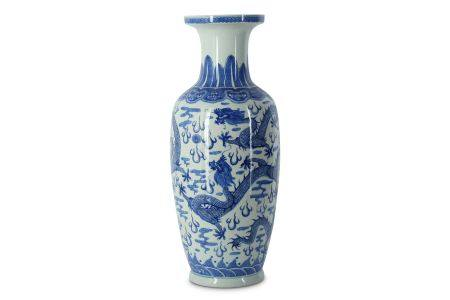 A CHINESE BLUE AND WHITE 'DRAGON' VASE.