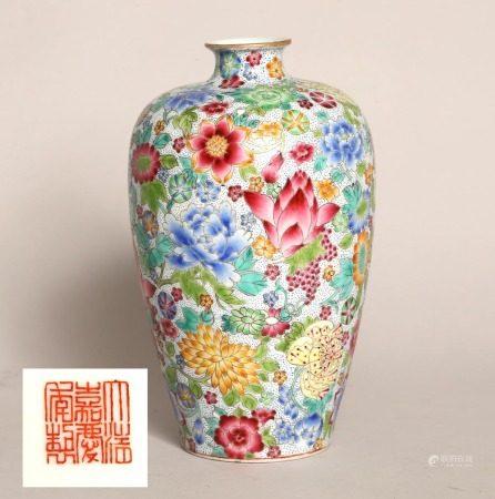 清嘉慶粉彩花卉紋梅瓶