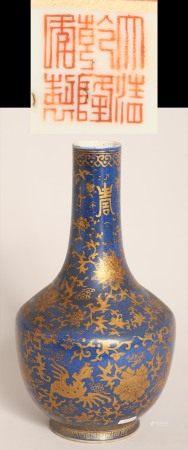 清乾隆藍釉金彩花卉紋瓶
