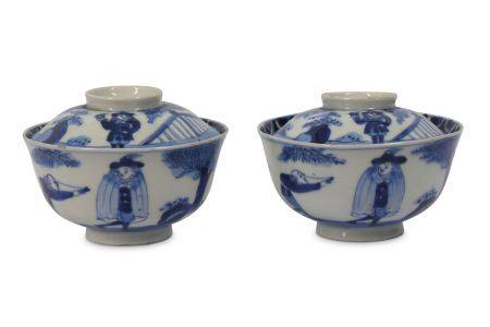 A PAIR OF IMARI BOWLS AND COVERS. Edo period. Painted in underglaze blue with Dutchmen in a