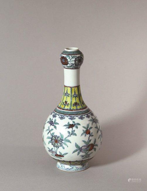 18至19世紀 鬥彩花卉紋蒜頭瓶大清乾隆年制款