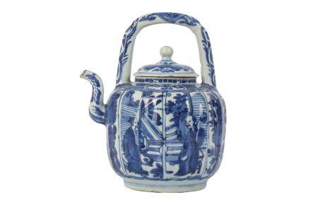 A CHINESE BLUE AND WHITE KRAAK PORCELAIN WINE POT AND COVER.