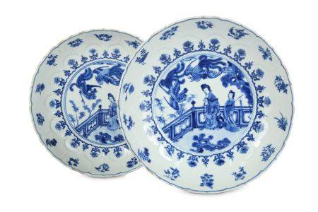 A PAIR OF CHINESE BLUE AND WHITE 'LADIES AND PHOENIX' DISHES.