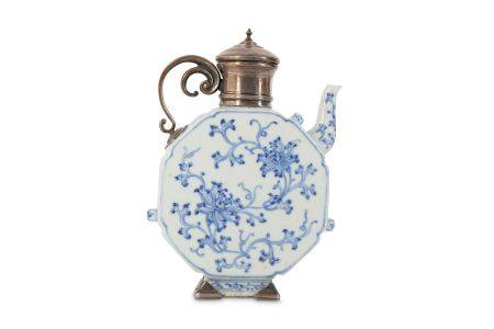 A CHINESE BLUE AND WHITE EWER.