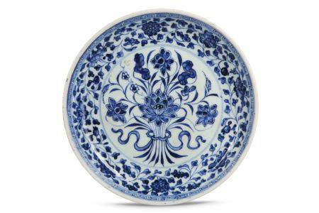 A CHINESE BLUE AND WHITE 'LOTUS' SAUCER DISH.